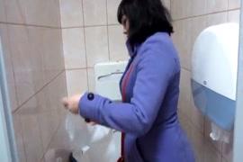 एक सार्वजनिक शौचालय में पेशाब करें, सार्वजनिक शौचालय में मेरे शरीर पर पेशाब करें